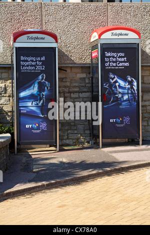 2 Telefonleitungen Boxen in Bournemouth - bringt Sie zum Herzen der Spiele, bringt uns alle zusammen für London - Stockfoto