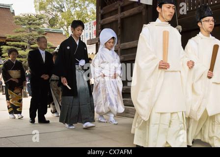 Traditionelle japanische Hochzeit zu Fuß durch das Tor des Tempels; Kyoto, Japan - Stockfoto