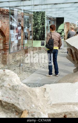 Besucher im Freilichtmuseum Topographie des Terrors in Berlin, Deutschland, die die Geschichte der Repression unter - Stockfoto