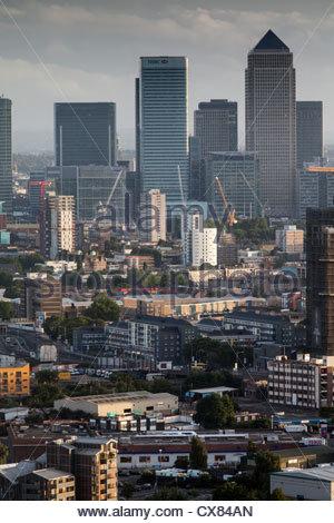 Blick über Canary Wharf und die Docklands von Wolkenkratzer in Stratford, im Osten Londons. - Stockfoto