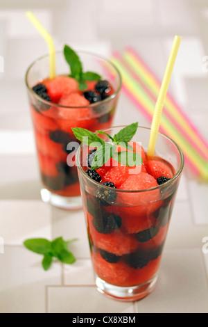 Brombeeren und Wassermelone mit Tee. Rezept zur Verfügung. - Stockfoto