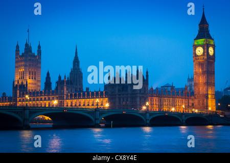 Westminster Bridge bei Nacht mit Big Ben und den Houses of Parliament auf der anderen Seite der Themse - Stockfoto