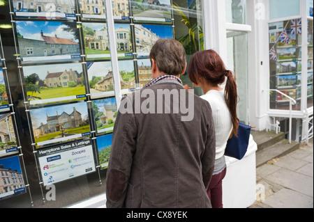 Menschen auf der Suche im Makler-Fenster im Bad Somerset England UK - Stockfoto