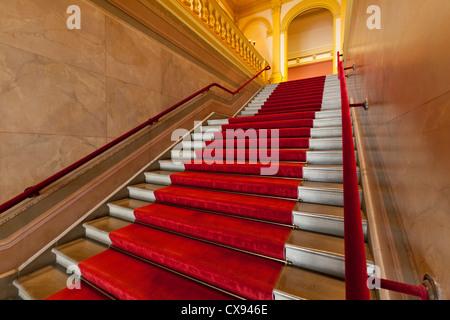 Roten Teppich ausgekleidet Treppen - Stockfoto