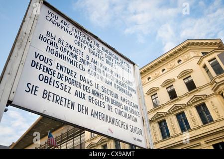 Replik des Originals treten Sie dem amerikanischen Sektor Schild am Checkpoint Charlie in Berlin, Deutschland - Stockfoto