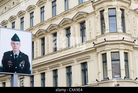 Porträt des amerikanischen Soldaten Jeff Harper am Checkpoint Charlie in Berlin, Deutschland - Stockfoto