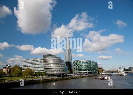 Blick auf die Scherbe, Rathaus und mehr London entlang dem Fluss Themse, London, England, Vereinigtes Königreich, - Stockfoto