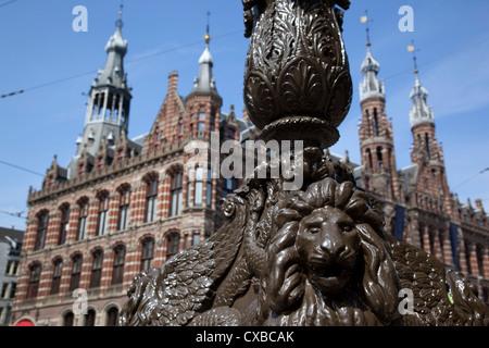 Magna Plaza und reich verzierte Lampe post, Amsterdam, Holland, Europa - Stockfoto