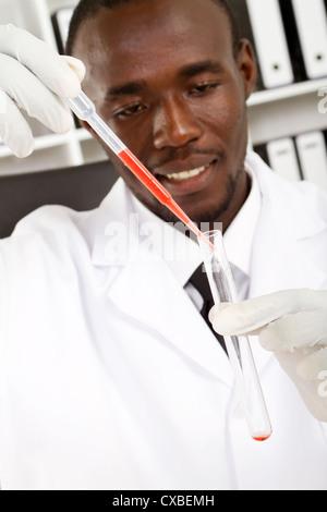 afrikanische amerikanische männliche Wissenschaftler machen experiment - Stockfoto