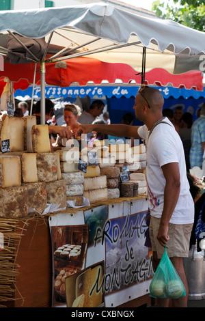 Französischen Markt Käse Stall mit Menschen, die versuchen Proben - Stockfoto