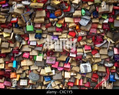 Vorhängeschlösser, die als Symbol für Beziehungen auf der Hohenzollernbrucke-Eisenbahnbrücke in Köln, Deutschland - Stockfoto