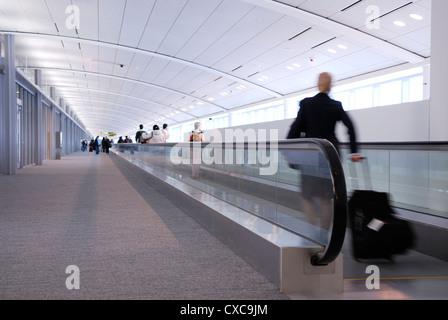 Flugbegleiter und Flugreisende auf high speed People Mover Pearson International Airport - Stockfoto