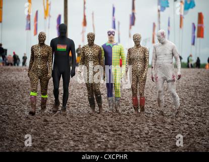 Gregor Lawson, Ali und Fraser Smeaton Erfinder des Morphsuit, mit Freunden beim T In The Park Festival - Stockfoto