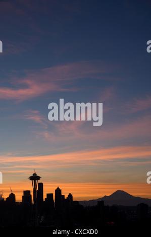 Silhouette der Skyline von Seattle mit Mond und Mount Rainier im Abstand genommen von Kerry Park, Seattle, Washington - Stockfoto