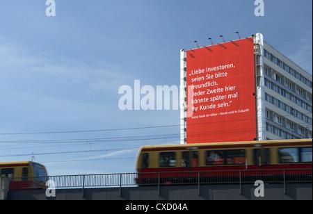 Berlin, die Berliner Sparkasse riesige Plakatwand in einem Hochhaus - Stockfoto