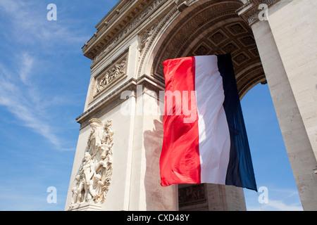 Französische Flagge unter Arc de Triomphe, gebaut von Napoleon, Paris, Frankreich - Stockfoto