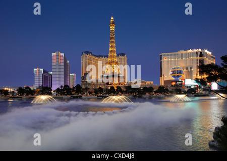 Bellagio Fountains ausführen vor dem Eiffelturm Replik, Las Vegas, Nevada, Vereinigte Staaten von Amerika, Nordamerika Stockfoto