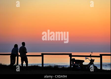 Paar auf der Suche bei Sonnenuntergang in Saint-Denis-d 'Oléron auf der Insel Ile d' Oléron, Charente Maritime, Frankreich