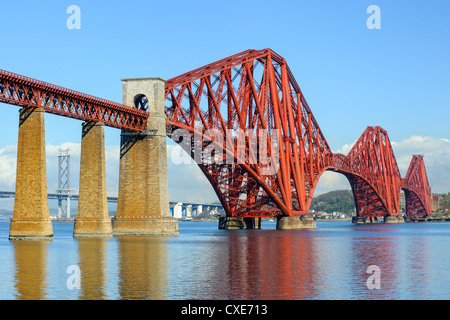 Forth Rail Bridge über den Firth von weiter, South Queensferry in der Nähe von Edinburgh, Lothian, Schottland - Stockfoto