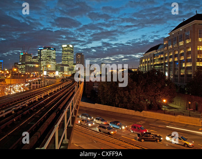 Blick auf Canary Wharf Wolkenkratzer in der Nacht von East India DLR Station zeigt Verkehr unten, London, England, - Stockfoto