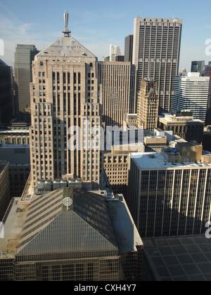 Blick auf Chicago Wolkenkratzer vom 40-jährigen Geschichte Hotelfenster - Stockfoto