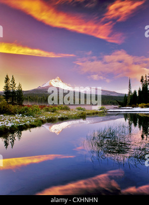 Mount Washington Reflexion in Big Lake mit Schnee und Sonnenuntergang. Oregon.