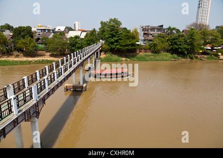 Brücke über den Fluss Maenam Ping in Chiang Mai in Thailand - Stockfoto
