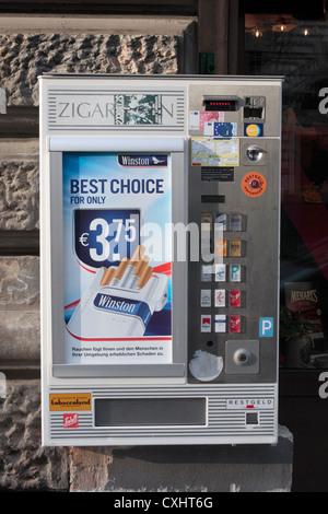 Ein alltäglicher Anblick in Österreich, an der Straße Wand Zigarettenautomat in Wien, Österreich. - Stockfoto