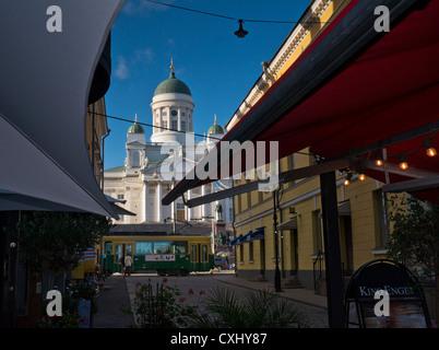 Die Sehenswürdigkeit Helsinki Kathedrale Senatsplatz mit klassischen Straßenbahn im Vordergrund Helsinki Finnland - Stockfoto