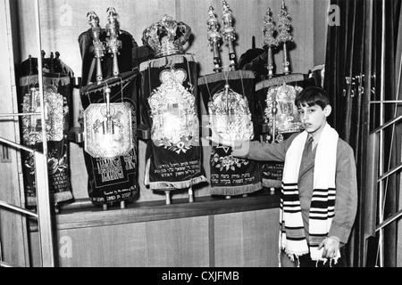 Jüdischen Jungen bereit für Bar-Mizwa am Arche mit Thora in Synagoge 1985 Cardiff South Wales UK - Stockfoto