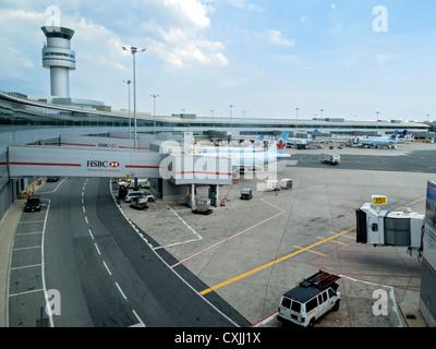 Asphalt mit Jets Ent- und beladen von Passagieren, Pearson International Airport, Toronto, Kanada. - Stockfoto