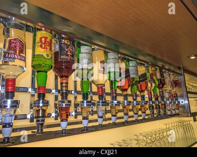 Sechs Sorten Schnaps füllen 17 Flaschen in der executive Lounge des Pearson International Airport, Toronto, Kanada. - Stockfoto