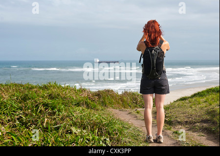 Rückansicht der Frau Wandern und Looking Blick, Ilha do Mel, Parana, Brasilien - Stockfoto