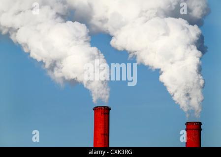 Rote Rohre und Rauch - Stockfoto