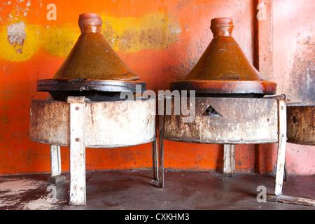 Tajine auf Kohlenbecken in rustikale Küche, Essaouira, Marokko - Stockfoto