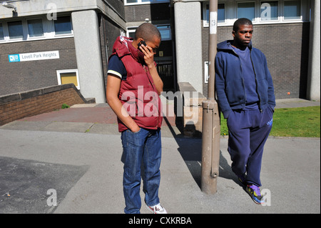 Zwei junge Arbeitslose Jugendliche in einer Straße, Leeds UK - Stockfoto