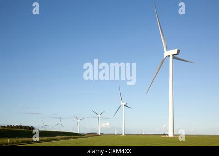 Windkraftanlagen in Folge in der niederländischen Provinz Flevoland - Stockfoto