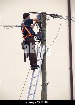 Techniker installieren Faser Optische Breitband-Internet über einen Pol tragen volle Sicherheit nutzen - Stockfoto