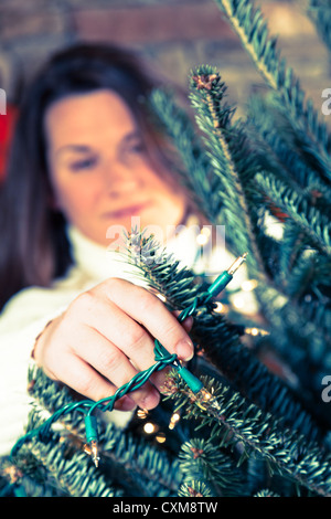 Weihnachtsbaum schmücken - Stockfoto