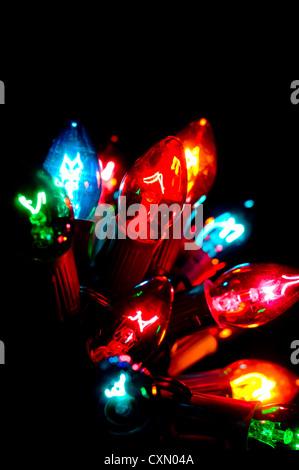 Multicolor Weihnachtsbeleuchtung auf schwarzem Hintergrund - Stockfoto