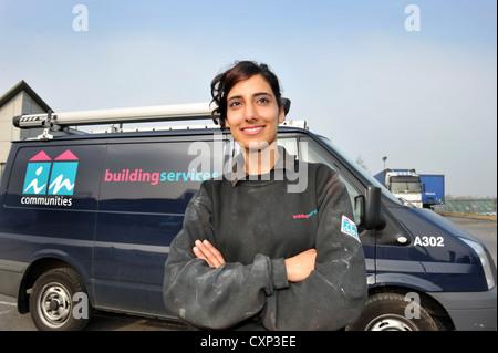Porträt eines jungen Sanitär-Lehrling vor ihrer Arbeit van. - Stockfoto