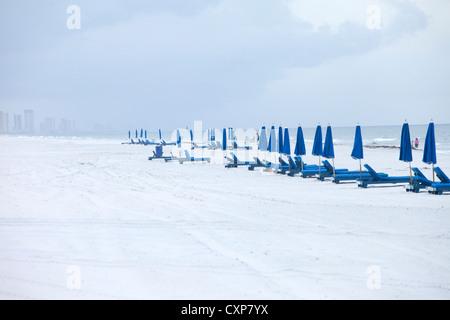 Liegestühle und Sonnenschirme am Strand im Winter, Panama City, Florida - Stockfoto