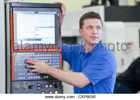 Techniker, die Steuerung Schneidemaschine Drehbank in Hightech-Produktionsanlage - Stockfoto