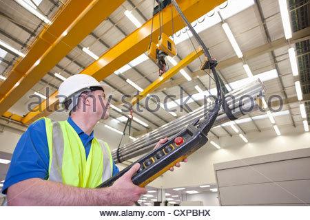 Techniker operative Hebezeug mit Rohaluminium in Hightech-Produktionsanlage - Stockfoto