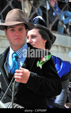 Männliche Pferd Reiter oder Gardian mit Arlesian Frau in traditioneller Kleidung Reiten ohne Sattel hinter ihm auf - Stockfoto