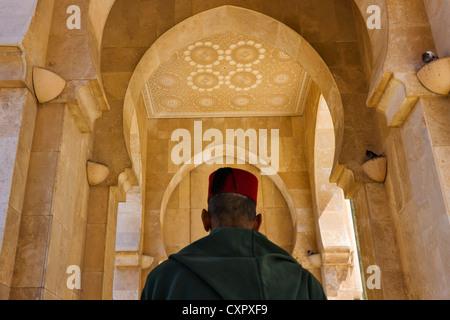 Mann mit traditionellen Hut in Hassan II Moschee in Casablanca, Marokko - Stockfoto