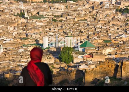 Frau auf der Suche im Stadtbild der Altstadt dominiert den grünen Dächern Qarawiyin-Moschee (auch Islamische Universität), - Stockfoto