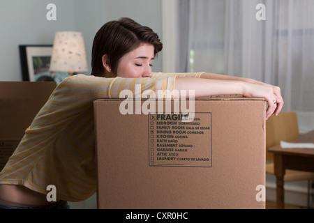 Müde junge Frau ruht auf Sie Feld verschieben - Stockfoto