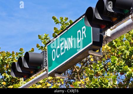 Ocean Drive Straßenschild mit Ampeln, Miami Beach, Florida, USA - Stockfoto
