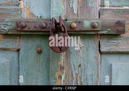Rostige Vorhängeschloss auf eine alte Tür, Sachsen, Deutschland, Europa - Stockfoto
